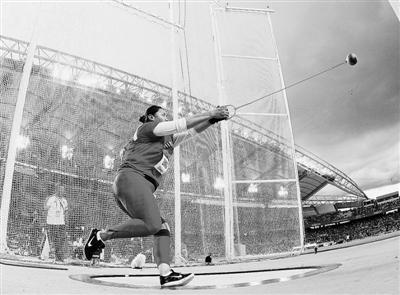 第一投,75.03米。这是张文秀在世界正式比赛中,第二次突破75米大关。
