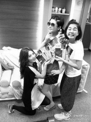 Hebe(左)早前在微博上放了一张她送新专辑给Selina(中)和Ella的照片。