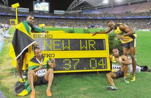 牙买加队员与新的男子4×100米世界纪录合影。