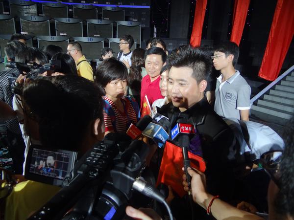 红歌会刘少峰_刘少峰红歌会夺冠后被媒体包围 将继续学习深造(图)-搜狐滚动