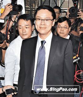 王喜(左)、林以诺牧师(右)都有陪陈志云出庭