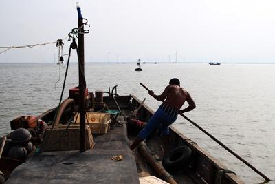 2011年,山东寿光市羊口镇,渔民驾船驶向小清河入海口。