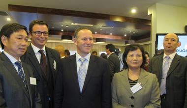 约翰·基总理(中)、廖菊华总领事(右二)与刘栋华董事长(左一)合影