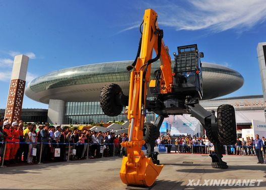 9月2日,徐工集团制造的et110步履式挖掘机在首届中国—亚欧博览会上图片