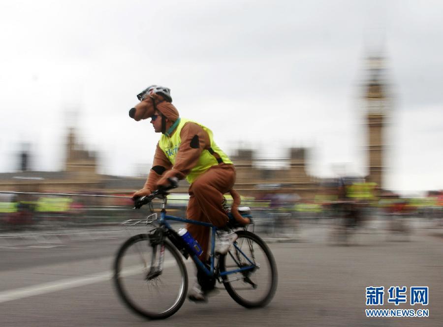 9月4日,在英国伦敦,参加骑行活动的人们经过议会大厦。当天,伦敦举行一年一度的自由骑行活动,市中心多条街道专为自行车开放,以鼓励人们更多使用自行车出行。高塔姆 摄 图片来源:新华网