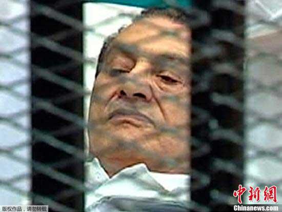 资料图:当地时间8月3日,埃及前总统穆巴拉克躺着出现在开罗庭审现场,在铁笼中接受对他的首次审判。