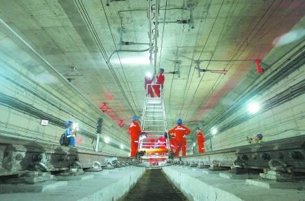 成都地铁输电线路检修人员每晚工作 保地铁安全(图)