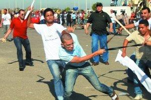 8月3日,首次审判法庭外,支持穆巴拉克的民众和他的反对者发生冲突。(资料图片)