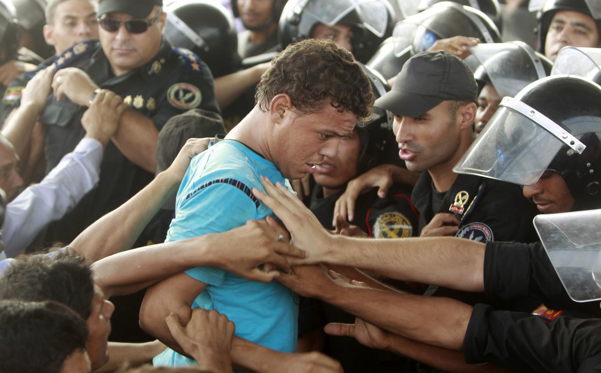 9月5日,在庭审现场外,穆巴拉克的反对者与维持秩序的警察发生冲突。