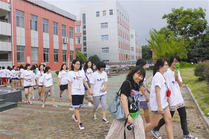 学生带着韩国伙伴游玩武汉著名景点
