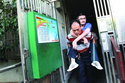 唐旭在上海海事大学校园图片
