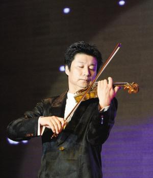 深圳交响乐团著名小提琴演奏家张乐在演奏.图片