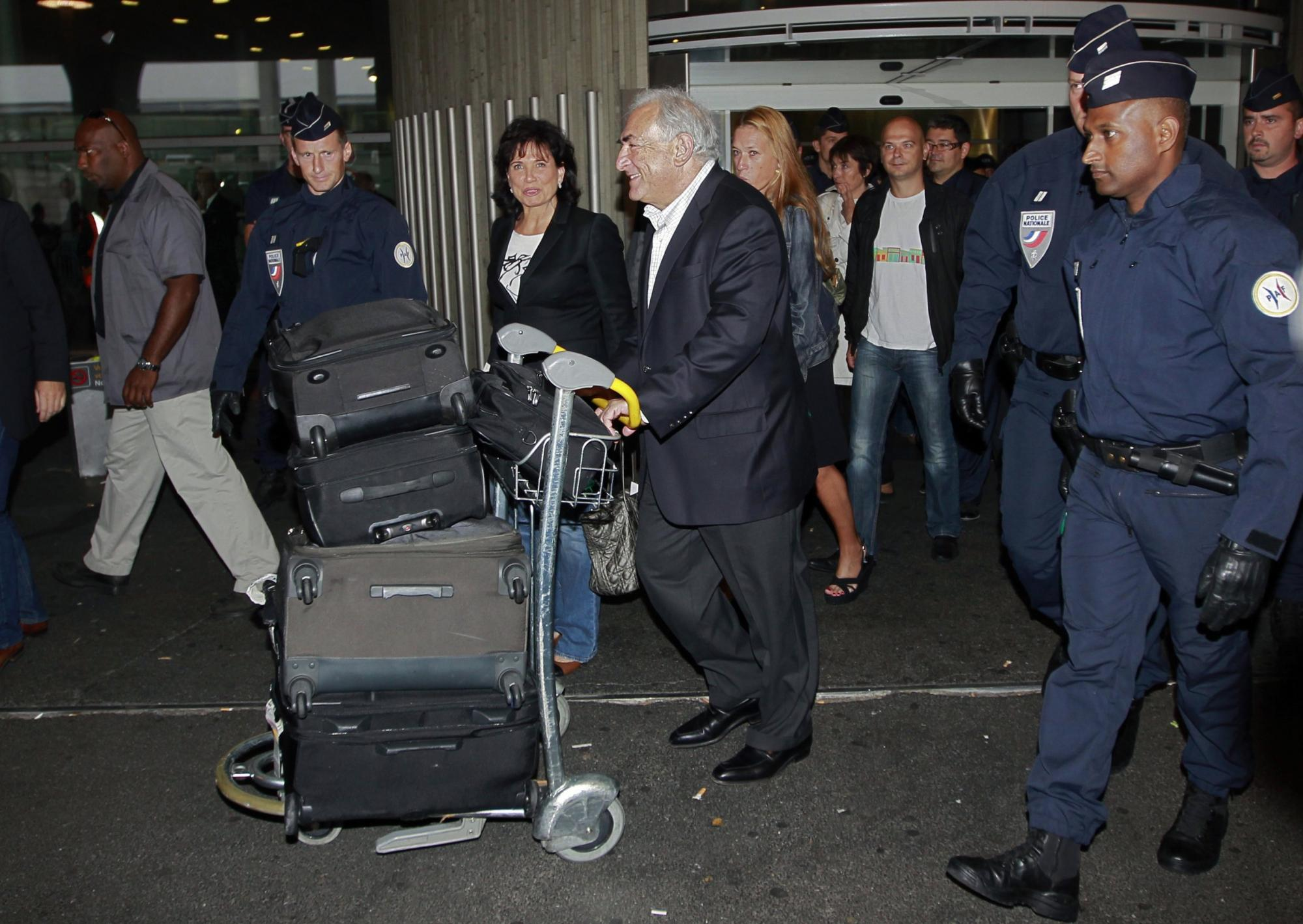 当地时间9月4日,卡恩夫妇抵达法国戴高乐机场。