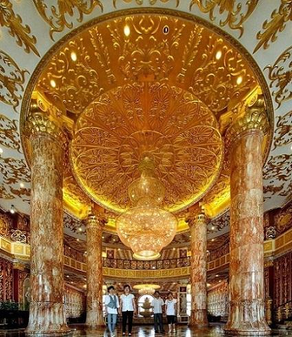 哈药集团制药六厂主楼是凡尔赛宫的装修风格,走廊内全是实木雕刻,并用金箔装嵌,每一个天使都活灵活现,形态各异。