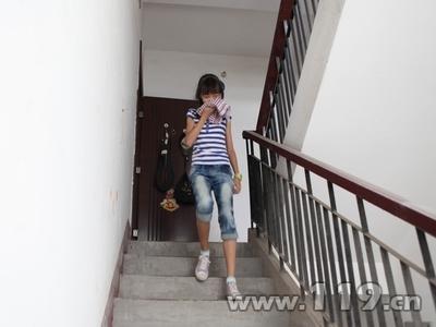 并组织其家庭成员开展火灾疏散逃生演练,荆州市电视台记者跟踪采访.