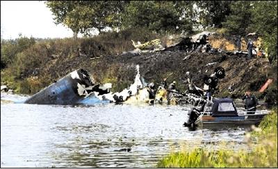 客机机身坠入伏尔加河。