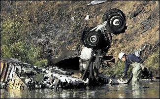 搜救人员在事故现场搜救。 图/人民图片