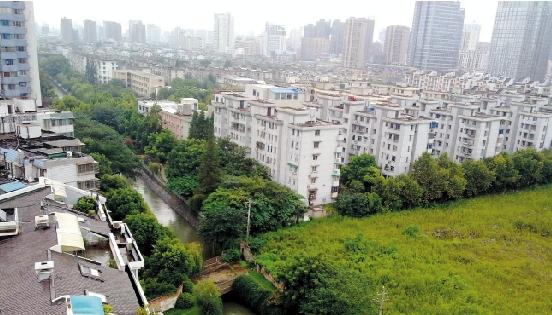 朝晖苑南面的高层楼房即将拔地而起,与朝晖苑一河之隔.