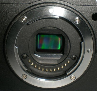 专利编号2011-164314 (Japan)则显示尼康微单会有可调整位置的EVF设计。大概也是这些特性,让许多相机达人猜测尼康即将发布的微单相机的感测器焦距转换倍率是2.7倍。
