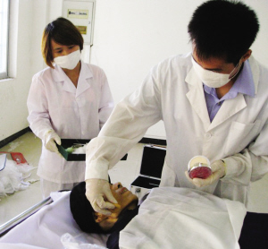 记者殡仪馆体验遗体化妆(图)