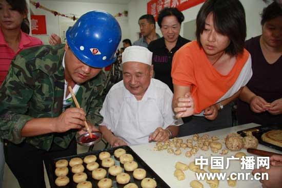 居民和工人共同制作月饼