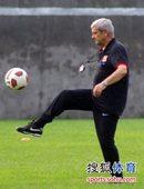 图文:[中超]陕西备战申花 桑尼玩球