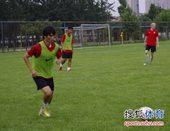 图文:[中超]陕西备战申花 徐擎带球