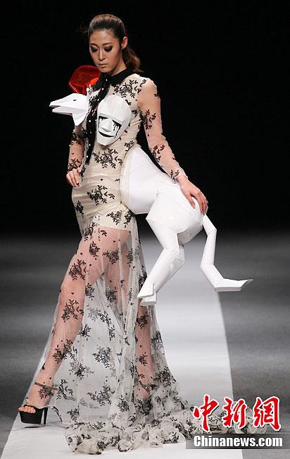 """美丽""""的创意时装秀在南京举行,著名服装设计师姚峰用讽刺和幽默的手法图片"""