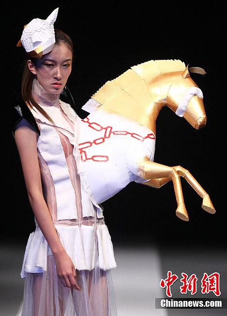 """美丽""""的创意时装秀在南京举行,著名服装设计师姚峰用讽刺和幽默的手法"""
