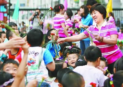 北京东城区第二幼儿园举行教师节拜师会(图)