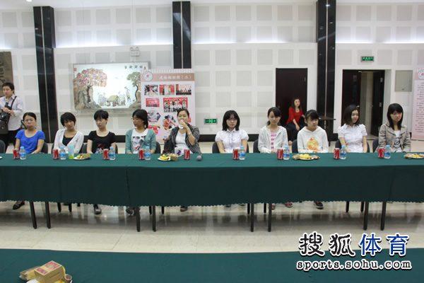 十位女棋手并排而坐