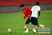 图文:辽足踩场备战 于汉超带球过人