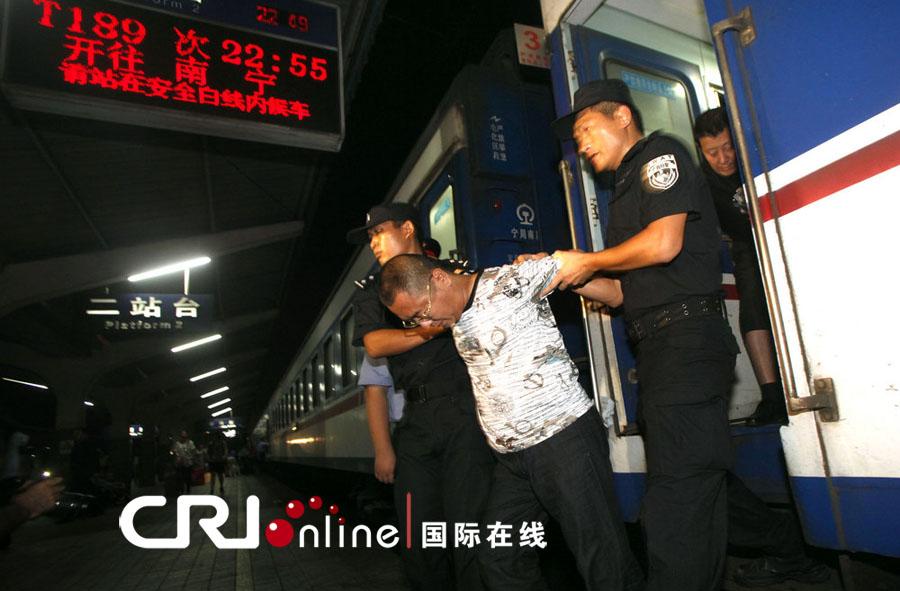 广西警方往返万里 押解19名传销头目(高清组图