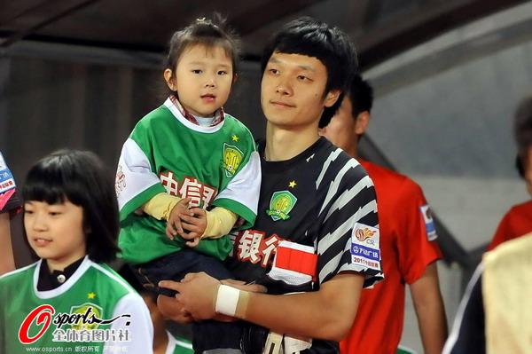 杨智怀抱可爱女孩