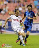 图文:[中超]上海2-1陕西 曲波带球寻杀机