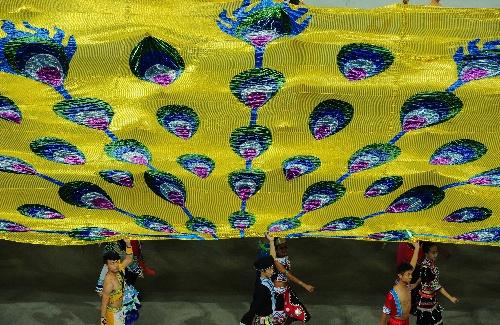少数民族传统运动会开幕 云南代表团