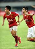 图文:[中超]广州2-0山东 吴坪枫庆贺进球