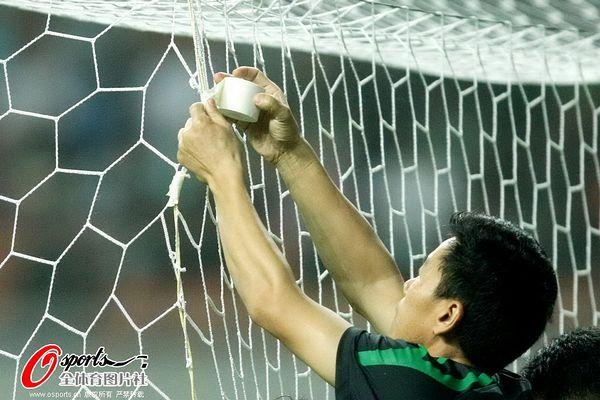 图文:[中超]杭州2-0长春 工作人员补球网