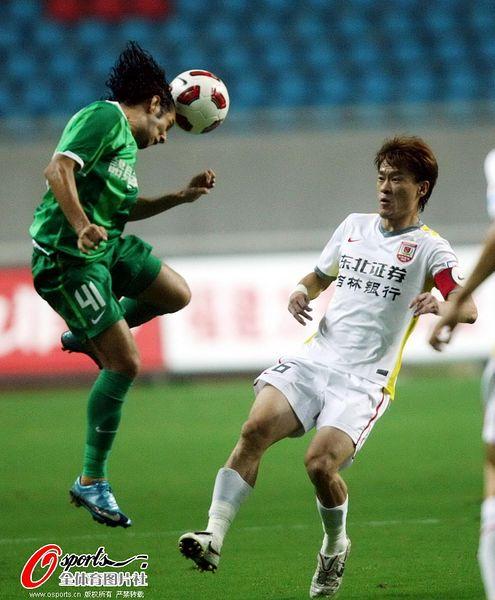 图文:[中超]杭州2-0长春 王栋在比赛中