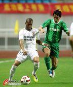 图文:[中超]杭州2-0长春 矫喆在比赛中