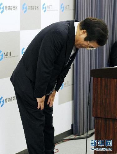 9月10日,在日本东京,日本经济产业大臣钵吕吉雄出席新闻发布会时鞠躬。据日本共同社报道,刚上任一周的日本经济产业大臣钵吕吉雄10日向首相野田佳彦递交了辞呈。 新华社/路透