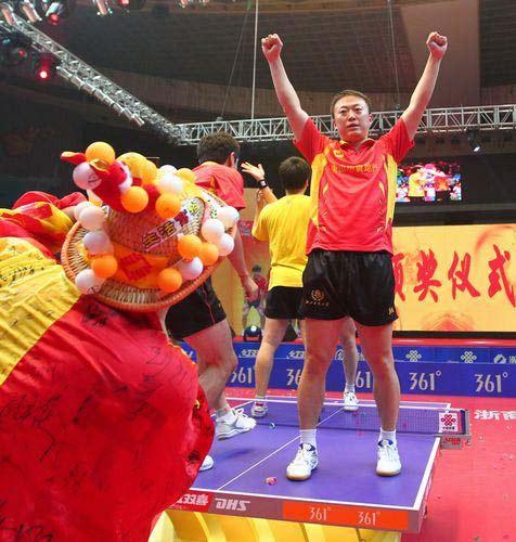 图文:浙商夺乒超男团冠军  马琳站在球桌上