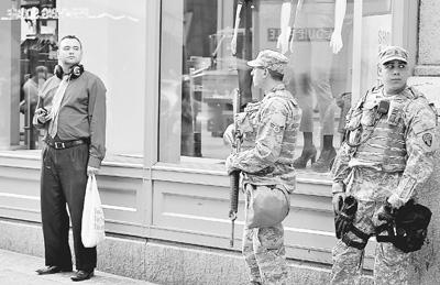 九月九日,两名美军士兵在美国纽约大中央车站外警戒。当日,纽约市的主要交通枢纽和一些著名景点附近都能看到警力显著增加。