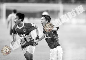 吴坪枫和李建华庆祝进球。
