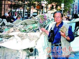 2001年9月15日,李振盛在爆炸现场向遇难者献花。 李笑冰 摄