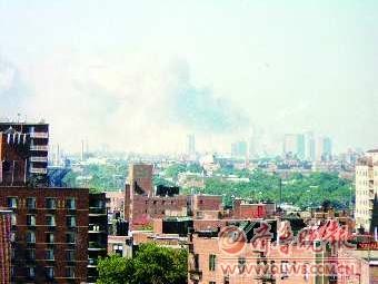 """""""9·11""""后第二天,原先鹤立鸡群的世贸双塔从地平线上消失了。"""