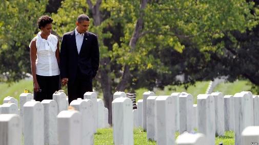 美国总统奥巴马夫妇到访阿灵顿国家公墓,向10年来在反恐战争中牺牲的美军官兵致敬。