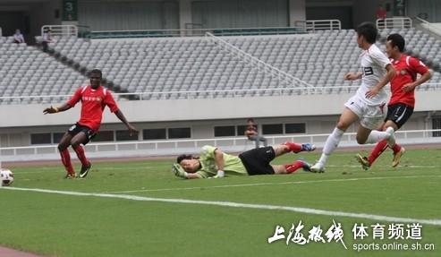 图文:[中甲]东亚4-0延边 鞭长莫及
