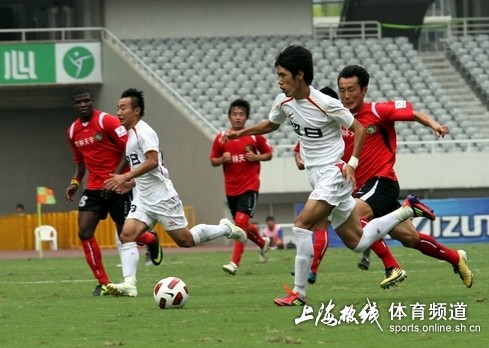 图文:[中甲]东亚4-0延边 吕文君犀利突破