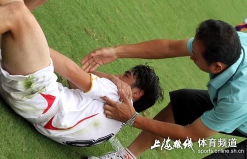 图文:[中甲]东亚4-0延边 受伤痛苦